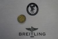 Das Zwei-Euro-Stück in Relation zum Emblem zeigt: Mit Laserflex können filigranste Muster konturscharf auf Textilien gebracht werden.© Franz Hagemann GmbH & Co. KG