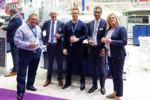 von links nach rechts: Peter Wright (Managing Director, Amaya), Theo van Bruggen (Channel Manager, Kornit Digital), Julian Wright (Sales Director, Amaya), Eyal Manzoor (Managing Director Europe, Kornit Digital), Charlotte Darling (Financial Director, Amaya).